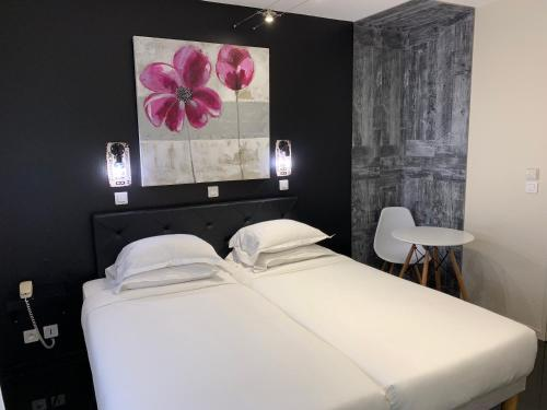 A bed or beds in a room at Hotel Restaurant Baryton