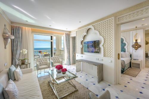 A seating area at Gran Hotel Miramar GL