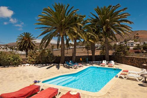 The swimming pool at or close to Finca la Crucita Haria Lanzarote