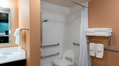 A bathroom at TownePlace Suites by Marriott Ontario-Mansfield