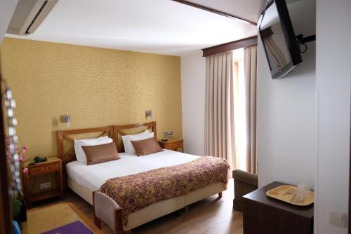 Uma cama ou camas num quarto em Hotel Dona Sofia