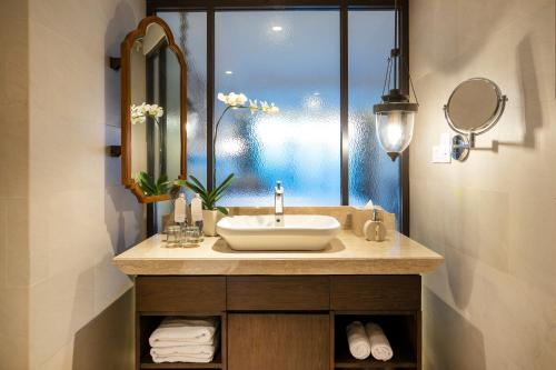 A bathroom at Ramayana Suites