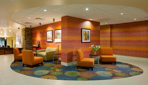 The lobby or reception area at Holiday Inn Express Pittsburgh West - Greentree, an IHG Hotel