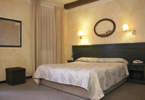 A bed or beds in a room at Hotel Borgo Antico