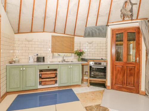 A kitchen or kitchenette at The Roundhouse
