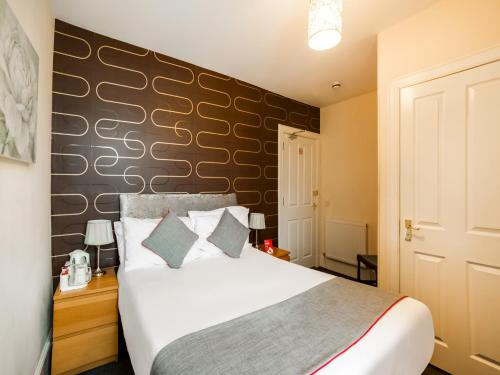 A bed or beds in a room at OYO Braeriach Hotel
