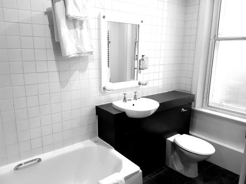A bathroom at Regent Hotel Doncaster