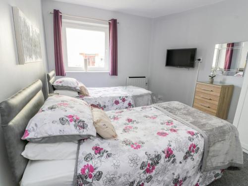 A bed or beds in a room at 30 Castlebay Court, Largs