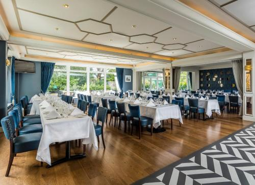 A restaurant or other place to eat at Sandymount Hotel