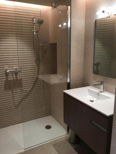 Ein Badezimmer in der Unterkunft Résidence Châteauneuf