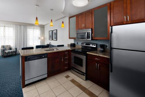A kitchen or kitchenette at Residence Inn by Marriott Cincinnati Downtown/The Phelps