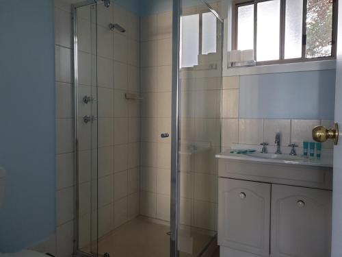 A bathroom at Marion Bay Holiday Villas