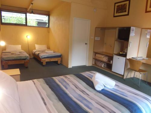 A bed or beds in a room at Harrietville Hotel Motel