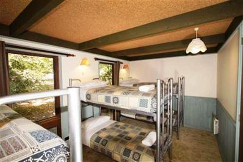 A bunk bed or bunk beds in a room at Casbak Alpine Units
