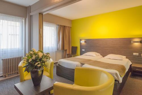Ein Bett oder Betten in einem Zimmer der Unterkunft Ostend Hotel
