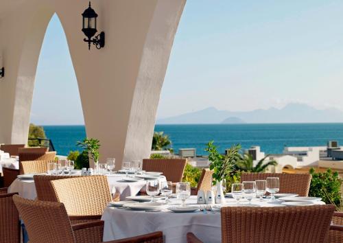 Een restaurant of ander eetgelegenheid bij Mitsis Norida Beach Hotel