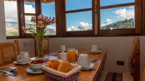 Breakfast options available to guests at Lunandina