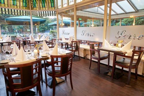 A restaurant or other place to eat at Amrâth Hotel Lapershoek Arenapark