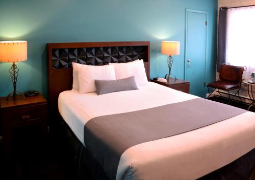 A bed or beds in a room at The Sedona Hilltop Inn