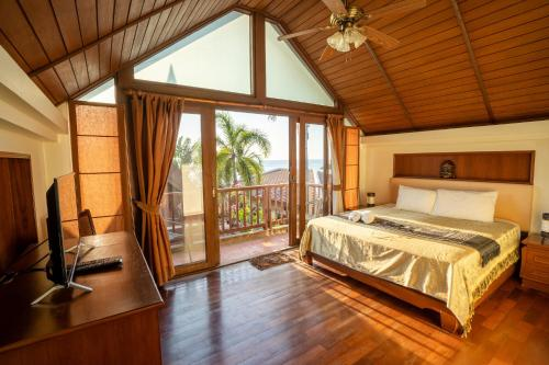 A bed or beds in a room at Beachfront Villa 2 Bedrooms with Private Pool