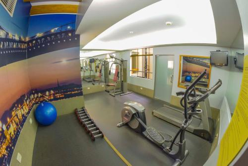 The fitness centre and/or fitness facilities at Qorianka Hotel