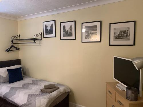 A bed or beds in a room at Southernwood - West Wing Room 1