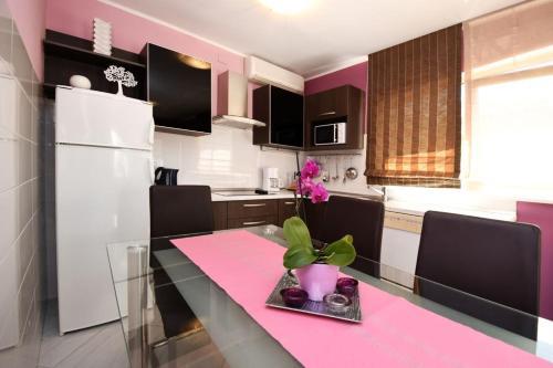 Cucina o angolo cottura di Apartments and Rooms Branka