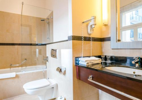 A bathroom at Hotel Polonia Palace