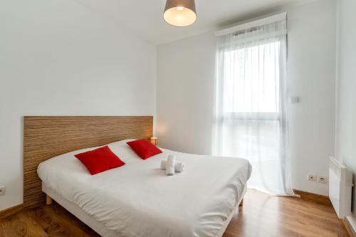 A bed or beds in a room at Zenitude Hôtel-Résidences Nantes Métropole
