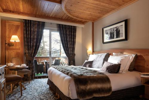 A bed or beds in a room at Chalet Mounier