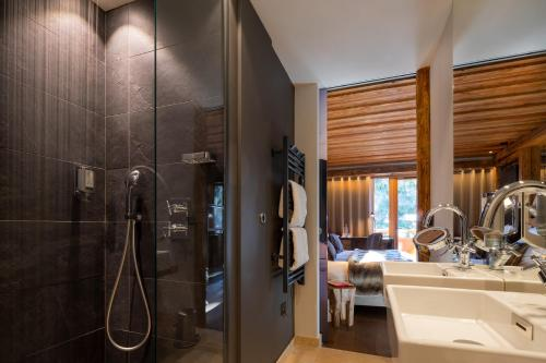 A bathroom at Chalet Mounier
