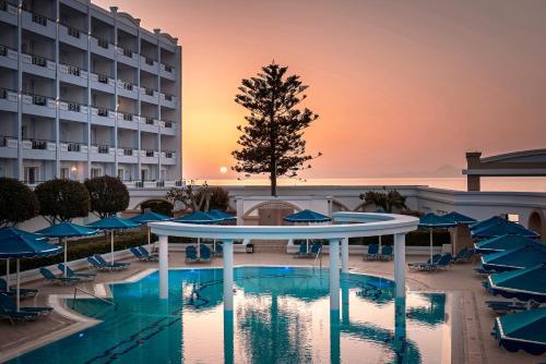 Basen w obiekcie Mitsis Grand Hotel Beach Hotel lub w pobliżu