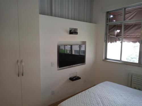 Uma TV ou centro de entretenimento em Studio Copacabana