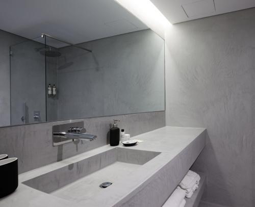A bathroom at Vale do Gaio Hotel
