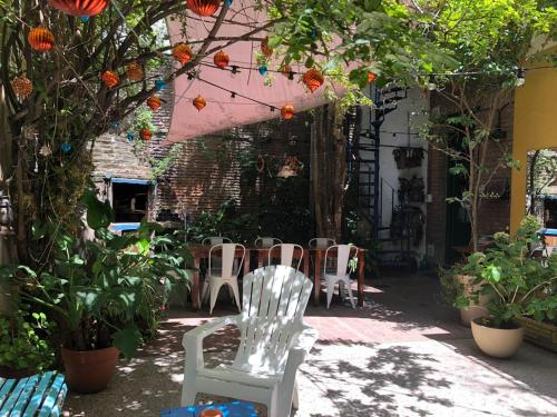 A restaurant or other place to eat at Lina's Tango Guesthouse