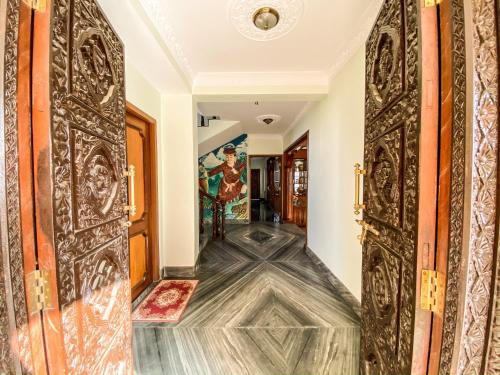 Luxurious & Spacious Tibetan 3- Story Villa!