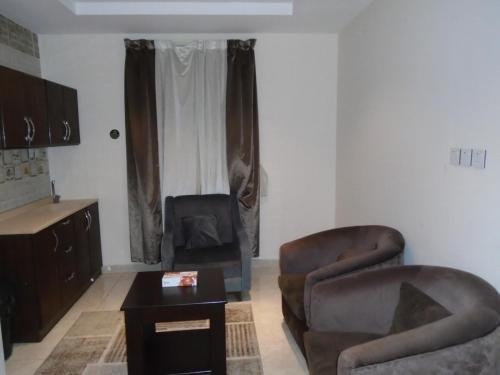 Uma TV ou centro de entretenimento em Rafahiat Jeddah Hotel Suites 2
