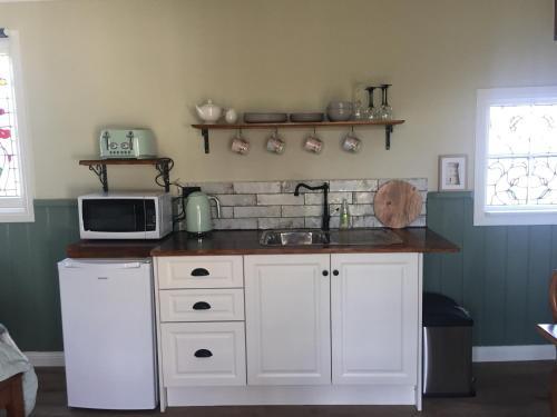 A kitchen or kitchenette at Peg Cottage