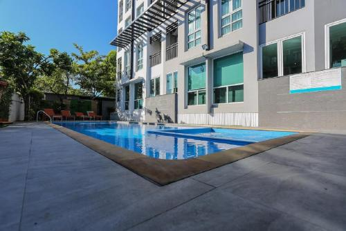 The swimming pool at or close to Crystal Suites Suvarnbhumi Airport