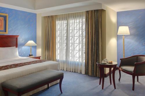 Cama ou camas em um quarto em Madinah Mövenpick Hotel