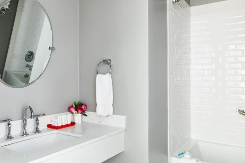 A bathroom at White Swan Inn