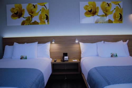 A bed or beds in a room at Wingate by Wyndham Long Island City