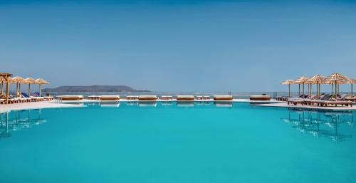 Бассейн в Mitsis Rinela Beach Resort & Spa или поблизости