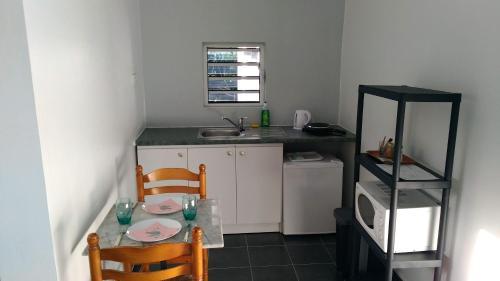 A cozinha ou cozinha compacta de Jambolana Studio