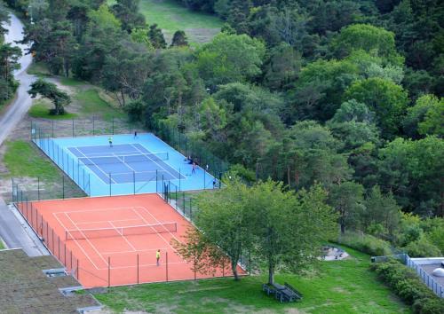 Tennis och/eller squashbanor vid eller i närheten av Snäck Annex