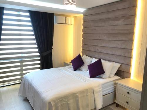 A bed or beds in a room at Karia Plus City Apartments