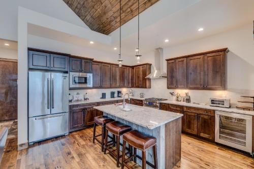 A kitchen or kitchenette at New Luxury Villa #617 Next To Resort With Hot Tub & Great Views - FREE Activities & Equipment Rentals Daily