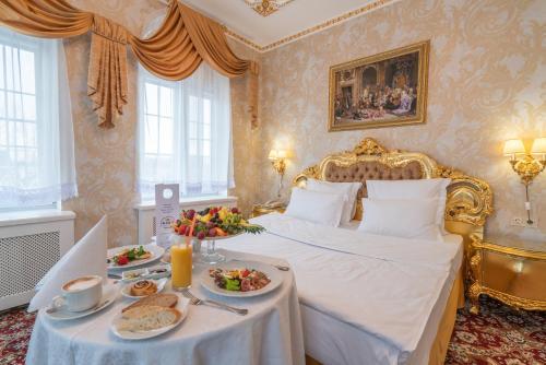 Кровать или кровати в номере Петровский Причал Отель & SPA
