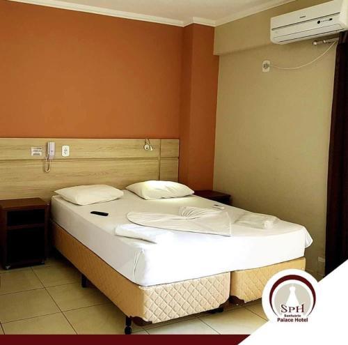 Cama ou camas em um quarto em Santuário Palace Hotel
