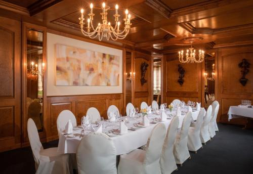 A restaurant or other place to eat at Parkhotel am Taunus